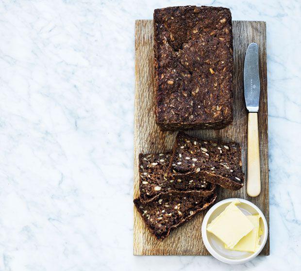 Hjemmebagt rugbrød er nemt at lave og smager helt vidunderligt! Når først duften fra ovnen breder sig, er der ingen tvivl om, hvad familiens nye frokostfavorit bliver.