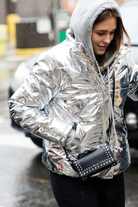 Une doudoune argentée avec un hoodie à capuche