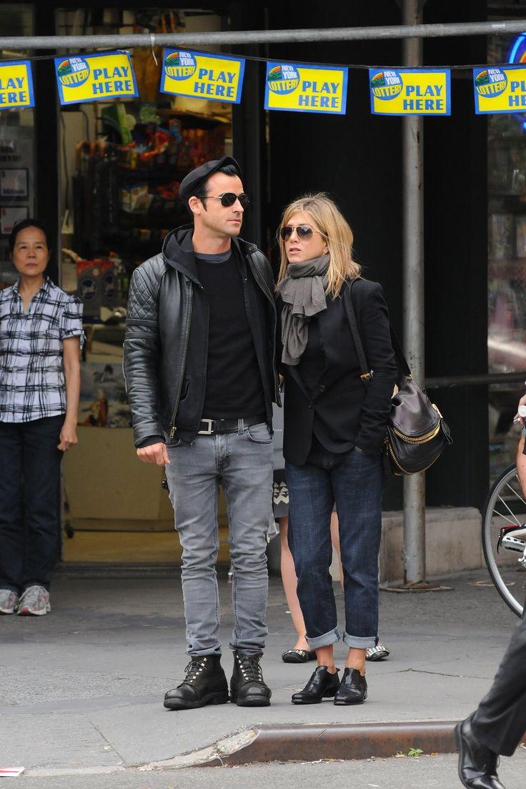 Jennifer Aniston, Justin Theroux, boyfriend jeans, black shoes, bag, blazer, gray scarf