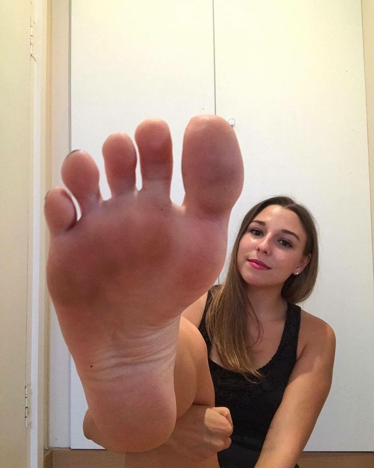Épinglé sur I would so love to lick your dirty feet
