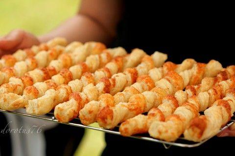 Serowe paluszki z ciasta francuskiego               (cheese sticks with puff pastry)