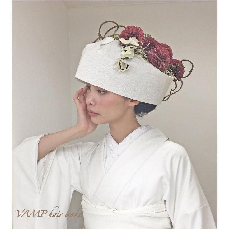 「和紙で作った角隠しです かんざしでは無く生花をアレンジして スタイリッシュでモードな 和装スタイルにしてみました。  #和紙 #角隠し #生花 #ダリア  #weddingstyle #braidal #白無垢 #和装 #花嫁和装  #日本 #花嫁 #着物 #Traditionalstyle #JAPAN…」