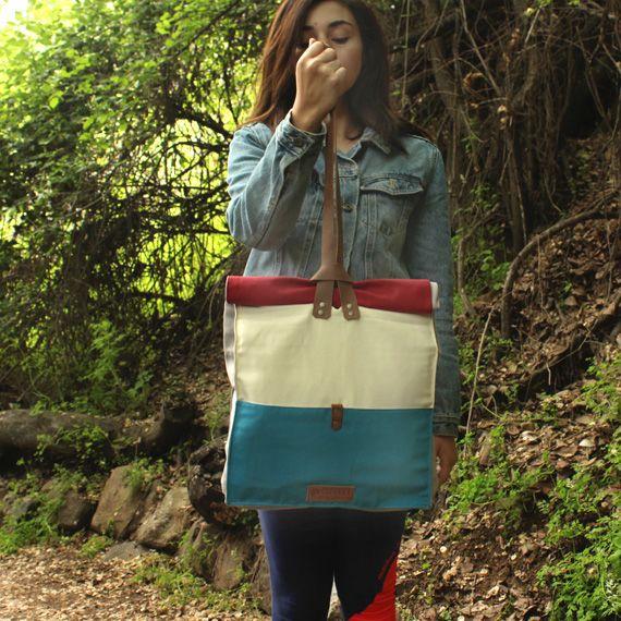 Bolsos de hombro (Tote bag). Diseñado para llevar un peso ligero de forma cómoda, que permite mantener los objetos protegidos.  Disponible a la venta en www.cotorra.cl