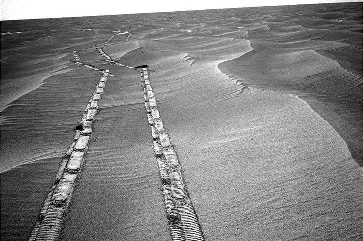 Auch wenn der Mars-Rover in seinen zehn Jahren Betrieb inzwischen eine Strecke von fast 40 Kilometern erfahren hat: Er ist alles andere als ein Rennwagen. Je nach Oberflächenbeschaffenheit legt das Vehikel am Tag nur etwa 100 Meter zurück.