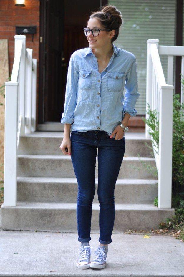 Chica usando jeans y blusa de mezclilla