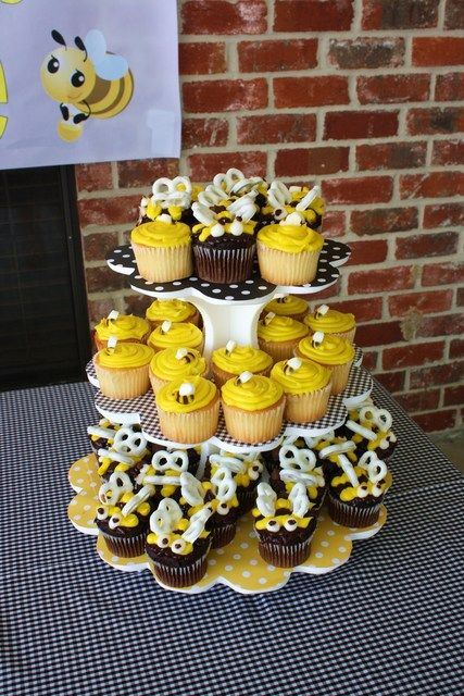 Cupcakes at a Bumble Bee Party #bumblebee #partycupcakes