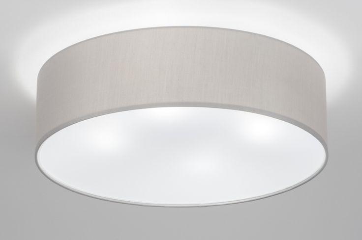 artikel 72616 Prachtige ronde plafondlamp (50 cm) gemaakt van grijze stof. Dit armatuur is voorzien van een transparante pvc-blender.Een blender is een dunne plaat die aan de onderzijde van de lamp wordt geplaatst. Door de blender wordt het licht mooi egaal verspreid. https://www.rietveldlicht.nl/artikel/plafondlamp-72616-modern-eigentijds_klassiek-landelijk-rustiek-voor_kinderen-grijs-stof-rond