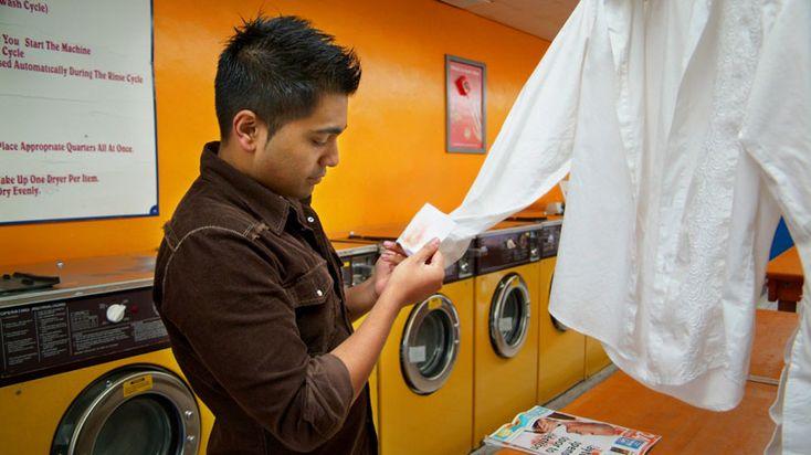Suas roupas que estavam guardadas no armário estão com manchas de bolor? Saiba como recuperar as peças.
