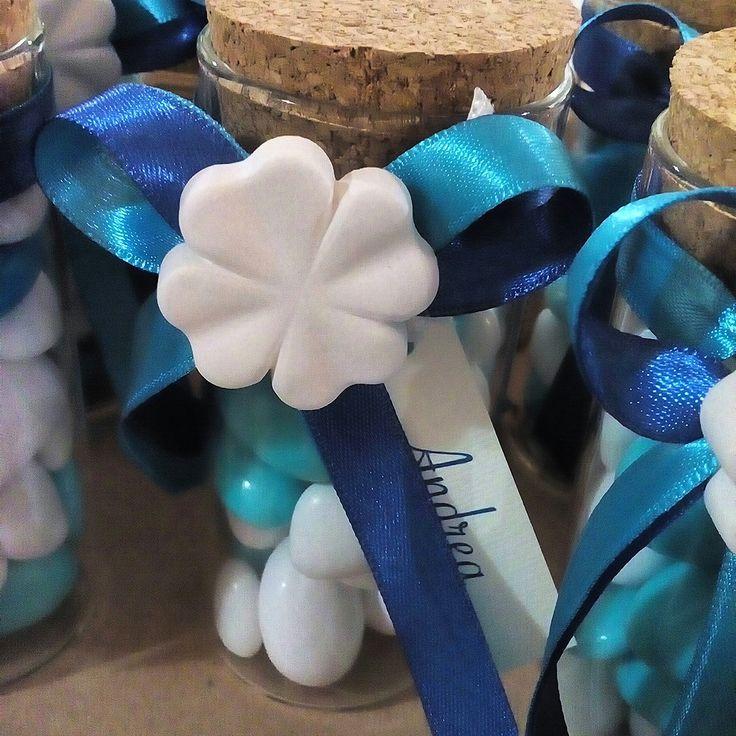 Barattolo di vetro con coperchio in sughero con misto confetti sfumati blu e azzurro. Adatto per Comunioni e Cresime.