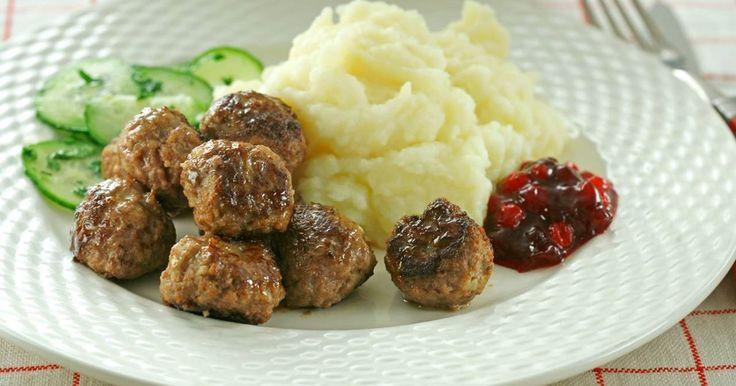 Hemgjorda köttbullar slår det mesta. Här är ett bra grundrecept som du gärna kan servera med gräddsås, potatismos och lingonsylt, men stuvade makaroner är såklart en höjdare också!