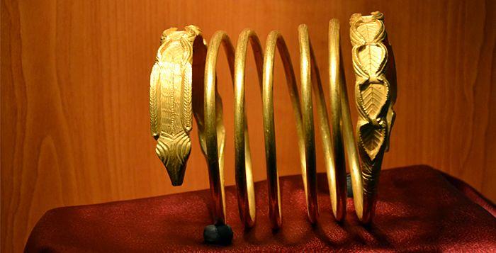 """Cercetătorul Florin Medeleț a fost primul care, cercetând 25 de brățări spiralate de argint, descoperite în împrejurimile Sarmisegetusei, a remarcat că acestea depășeau sensul strict de podoabe, încadrându-le în """"domeniul ritualico-magic"""". Brățările studiate erau terminate la ambele extremități cu capete de șarpe, urmate de 7 palmete înfățișând """"pomul vieții"""". La fel cum sunt și brățările de aur recent descoperite."""