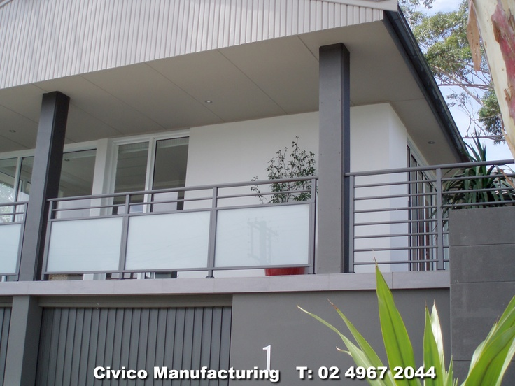 B43. Aluminium & obscured glass balustrade with horizontal rails.jpg 1,280×960 pixels