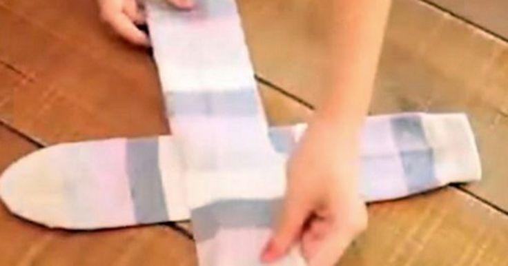 """Ella enseña la """"correcta manera"""" de como doblar las medias. Ojalá hubiera sabido esto antes."""