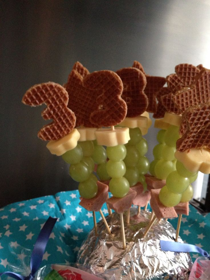 Traktatie peuter; worst, druifjes, kaas en een stroopwafel. Uitsteekvormpjes van xenos en Hema gebruikt voor de bloempjes en '3'.