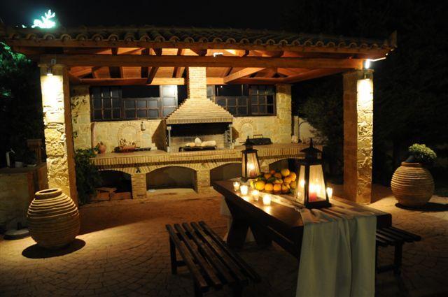 marieshouse.gr νυχτερινή άποψη από την ψησταριά