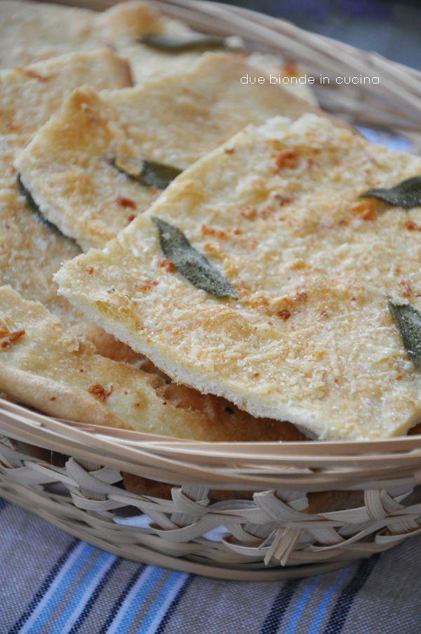 Due bionde in cucina: Schiacciata di farro con salvia, aglio e parmigian...