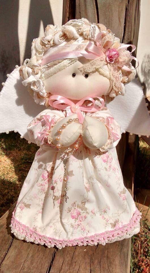 Anjinha em tecido floral ... Com terço nas mãos ...