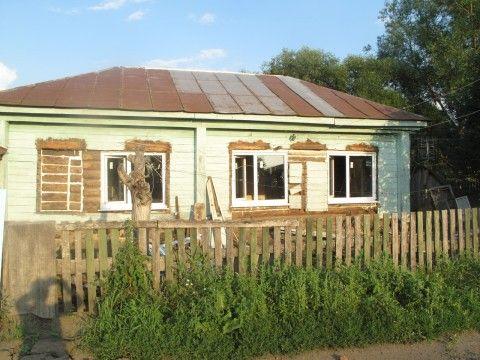 Поэтапный ремонт дома, наружные работы.  Вот так он выглядел до ремонта...Деревянные прогнившие рамы,закрытые снаружи двойной плёнкой, от холода и ветра...Слева ...