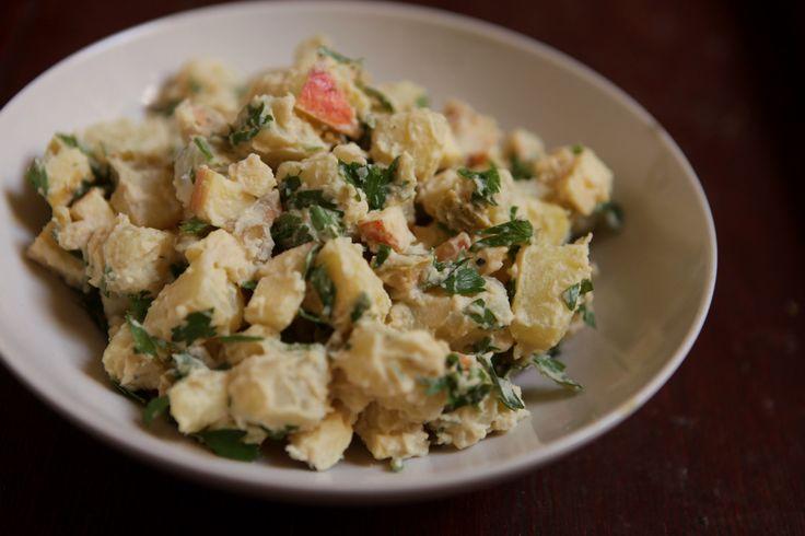 Salada de batata e maçã c/ molho de hummus | batatas cozidas em cubos, maçãs em cubos, azeitonas verdes picadas, salsinha - molho: 5 cS hummus + 1 cS azeite + água (se necessário) - sal, pimenta do reino | receita de hummus: http://pin.it/dV1tJn2 | #salada #batata