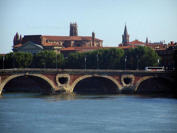 Toulouse: Pont-Neuf enjambant le fleuve (la Garonne), arbres du quai de la…