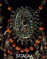 ******** Ornamento femminile pettorale in argento dorato, corallo e turchese proveniente dall'Uzbekistan.