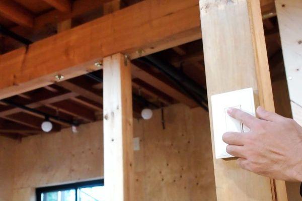 むき出しの無垢の柱に取付 配線が表に出ないため見た目スッキリ