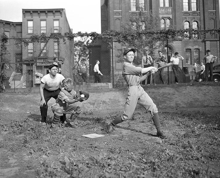 Foto d'archivio: Tre ragazzi giocano a baseball a Brooklyn, New York, 9 giugno 1943. I ragazzi hanno detto al fotografo che l'arbitro, che si trova alle spalle del ricevitore, si chiama Joe DiMaggio, come il leggendario giocatore di baseball degli Yankees. (AP Photo/Ed Ford) - Il Post