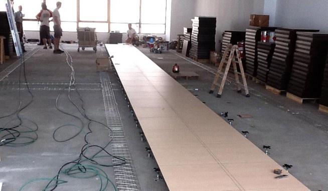 Acondicionamiento de las oficinas de Sicosoft: Instalación del pavimento técnico y la mampara divisoria