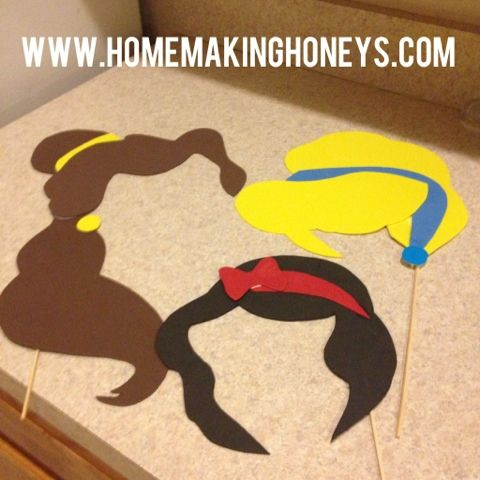 Homemaking Honeys: Princess Party. They have some templates so you can make these for your own photo booths