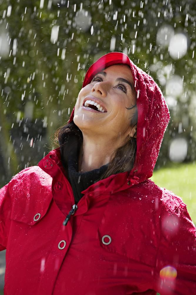 #Wasserdicht, #winddicht und atmungsaktiv: roter Damen- #Regenmantel für €39,95 bei #Tchibo