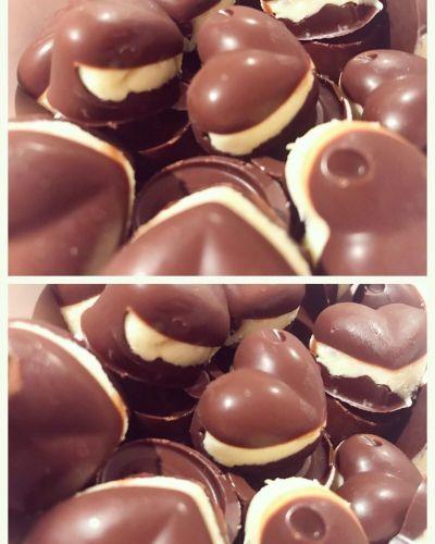 DU TRENGER 100 gram sukkerfri sjokolade 40 gram hvit sukkerfri sjokolade 1 ss kremost nat...