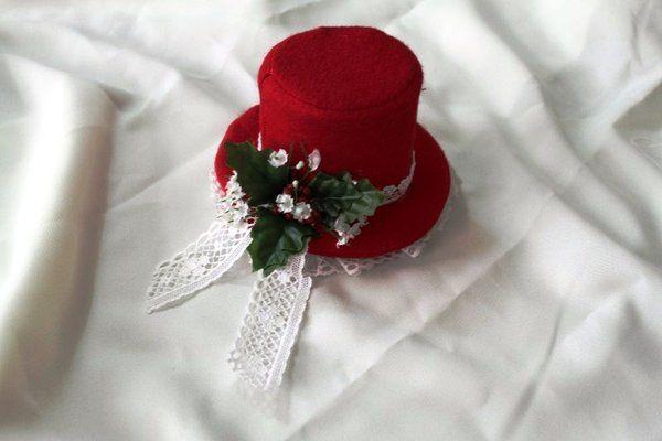 Christmas mini top hat by Capsulian.deviantart.com on @DeviantArt