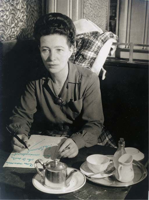 Portrait of Simone de Beauvoir, having tea at Café de Flore, Paris, c. 1945. Fotografía de Brassaï