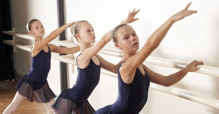 Tipos de piruetas de ballet. El ballet es una de las formas de baile más estrictas, con movimientos desarrollados a lo largo de cientos de años en la historia de la danza. El ballet tiene raíces en el baile de las cortes de Italia durante el renacimiento, según la Universidad del Noreste. Un movimiento importante del ballet es la pirueta, en la cual el bailarín gira haciendo ...