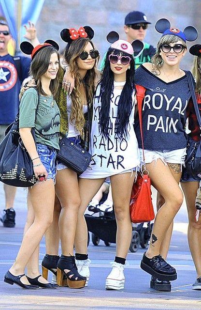 22日 デミ・ロヴァート 友達とディズニーランドへ 最新画像 私服ファッション 派手ジャケット☆