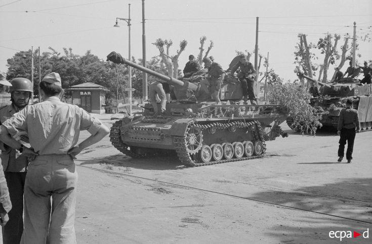 Deux blindés Panzer IV appartenant probablement au XIVe corps blindé (Panzer-Korps) du général von Senger battent en retraite avec les fantassins (Panzergrenadier) et des parachutistes (Fallschirmjäger) dans les environs de Rome. En effet, le 30 mai 1944, la ligne de défense allemande Caesar est dépassée et le 2 juin 1944, le maréchal allemand Albert Kesselring ordonne un retrait général. La ville de Rome est déclarée « ville ouverte » le 4 juin 1944.
