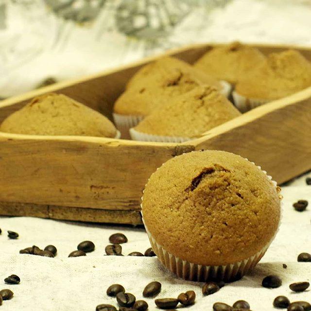 Bist du eine Lärche oder eine Nachteule?  Ich gehöre zu den Nachteulen und komme morgens schwer aus dem Bett. Dafür bleibe ich gerne auch mal länger wach. Diese saftigen Espressomuffins helfen mir wach zu bleiben und manchmal bestreiche ich sie noch mit Marmelade  ------------------------------ #chiliblueten #laktosefrei #Muffins #RezeptimBlog