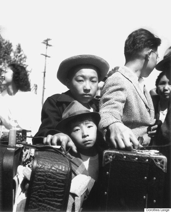 日系アメリカ人の強制収容所、アンセル・アダムスが撮影した「不屈の精神」  ドロシア・ラング「日系アメリカ人の若い避難者が鞄の検閲を待つ=カリフォルニア州ターロック(1942年)」提供:Photographic Traveling Exhibitions