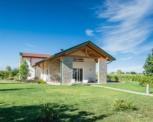 Foto della facciata di una casa bianca in campagna a due piani di medie dimensioni con rivestimenti misti e tetto a capanna