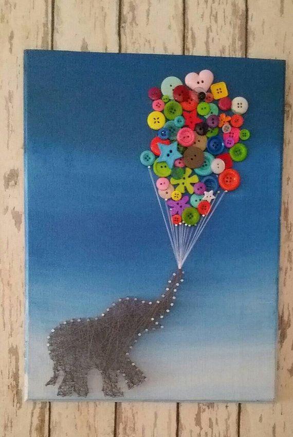 Este lindo arte de cadena elefante 18 x 12 sería adorable que soy cualquier habitación de niñas pequeñas. El fondo es Licenciado en tonos azules. El elefante se construye en clavos y cadenas mientras que los globos son botones de colores brillantes. Esta pieza se hace después de solicitada y tendrá ligeras diferencias de la foto publicada. Esta pieza viene lista para colgar. Echale un www.facebook.com/heartofsarah2012 para ver mis piezas más recientes.