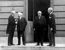 Georges Clemenceau : Le Conseil des Quatre à la conférence de la Paix: Lloyd George, Vittorio Orlando, Georges Clemenceau et Woodrow Wilson. - Clemenceau en 1918 s'aliène aussi le Parlemnt, ulcéré d'avoir été tenu à l'écart des travaux de la Conférence: la droite le suspecte d'indifférence à l'égard du Vatican et l'extrême gauche le taxe de militarisme. Toutes ces inimités lui valent d'être battu aux élections présidentielles de 1920.