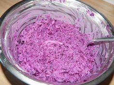 Gyors lilakáposzta saláta recept: Ez a verzió egy sima joghurtos, tejfölös változata a lilakáposzta saláta recepteknek, de aki szereti, adhat hozzá majonézt is akár, úgy is nagyon finom. Nemcsak salátának jó, hanem önállóan is fogyasztható, vagy akár köretnek is tálalható ez a saláta.