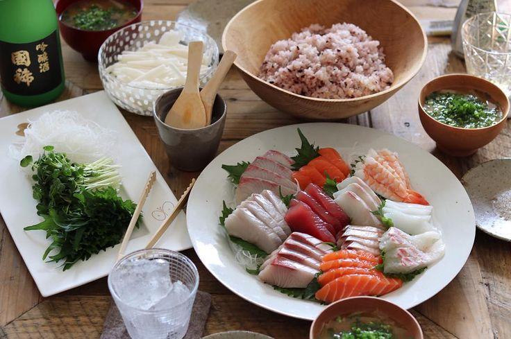 いいお天気の日曜日。 お昼ごはんは#手巻き寿司 パーリー ・ ・ 産直の中の魚屋さんで旦那氏が大量にお刺身買ってくれた お刺身大量、ごはん2合、カイワレ1パック、大葉20枚、長芋1/2本、焼き海苔24枚、お味噌汁、かなりの量だけど、3人でなんとか完食。 しつこいけど、育ち盛りの男の子とかがいる6人家族とかならどれだけ食べるのか、三姉妹だったこともあり、全くもって未知の世界… ・ ・ あー、しかし美味しかったなぁ。 さて、掃除しよ… 今日もやることたくさんで大忙し! ・ ・ コメント返せそうにないので〆ておきますが、「このくらい食べるよ!」的なコメントあれば、気にせず書いてください♪ 読みたいので(´-`).。oO