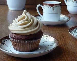 Gingerbread cupcakes - cinnamon, ginger and nutmeg spiced cupcakes with toffee frosting.