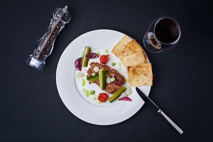 Tatár beefsteak, wasabival, marinált zöldségekkel, pirítóssal