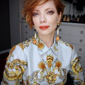 Julia Petit ensina como fazer uma pele perfeita e natural usando Beauty Blender no corretivo, blush e iluminador no primeiro dia da semana de moda....