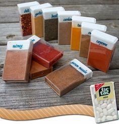 E se você tem quantidades bem modestas de temperos, pode reaproveitar embalagens de Tic Tac. | 25 truques de organização que vão mudar a cara da sua cozinha