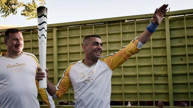 La flamme de l'espoir à 100 jours des JO de Rio : la flamme olympique est passée dans un camp de migrants en #Grèce, portée par un réfugié