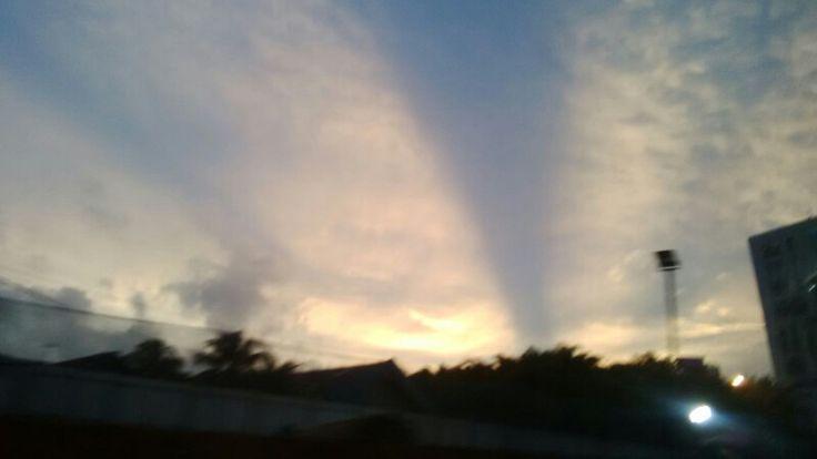 Langit sore..di atas Lebak Bulus..seperti semburan air mancur menari..