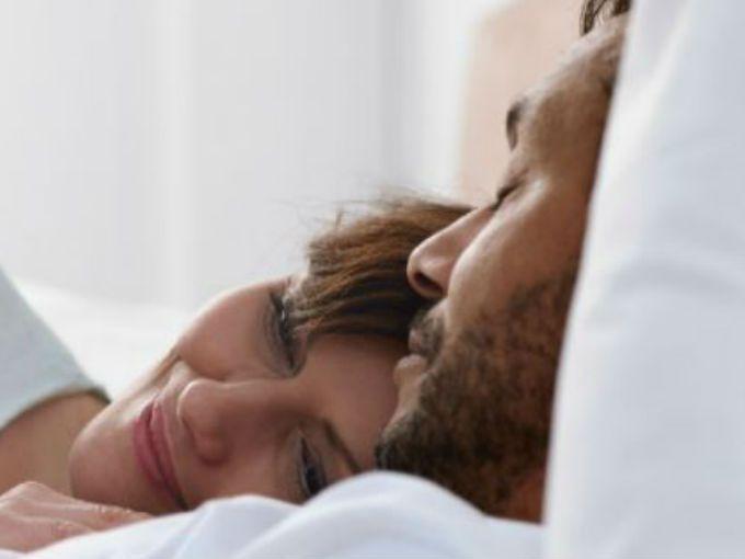 Roncar puede ser muy molesto, especialmente si compartes la cama con tu pareja, pero no es el fin del mundo. Deshazte de este hábito cambiando tu alimentación.¡Con estos remedios te olvidarás de los ronquidos!Leche de soyaEsta es una gran opción cuando quieres beber algo caliente antes de acostarte. Muchas personas son intolerantes a la lactosa pero no lo saben y por eso tienen reacciones alérgicas que les inflaman los conductos de la nariz.Jugo especial